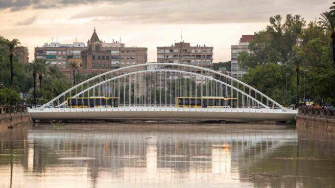 El cauce del rio Segura a su paso por la ciudad de Murcia esta mañana tras las intensas lluvias caídas esta madrugada.