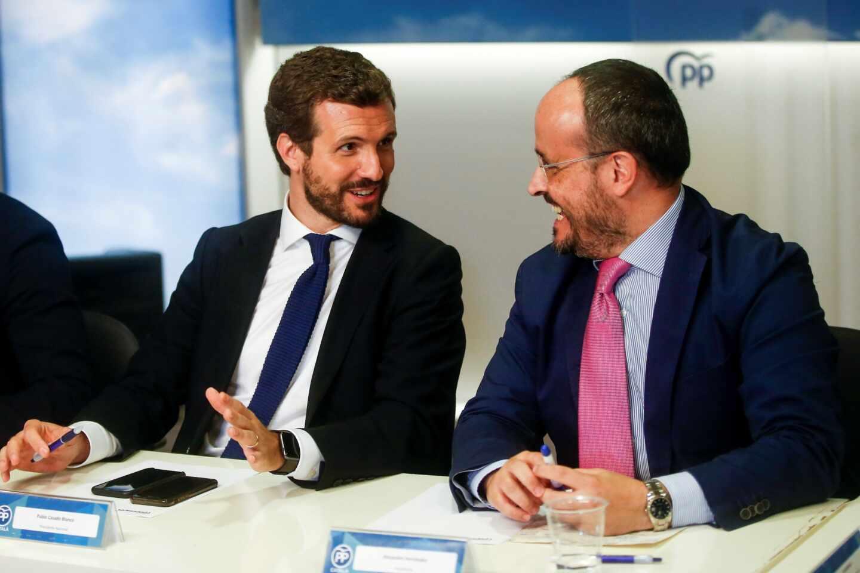 El presidente nacional del PP, Pablo Casado, junto al presidente del PP de Cataluña, Alejandro Fernández.