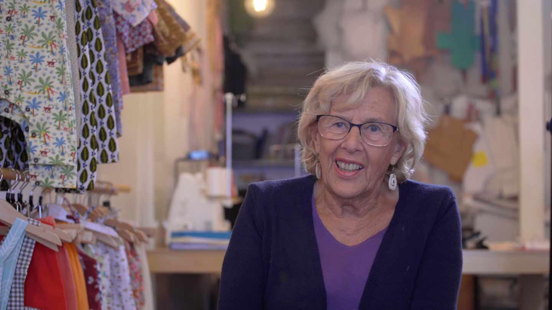 Manuela Carmena en su tienda de ropa infantil en Malasaña.