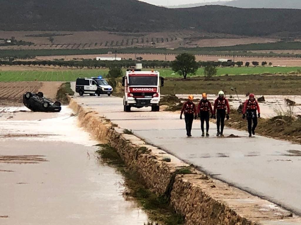 ehículo en el que han fallecido, este jueves, dos hermanos, un hombre de 61 años y una mujer de 51 años, tras ser arrastrados por el agua en el camino de Fuente la Higuera, en el municipio albaceteño de Caudete, afectado por la Depresión Atmosférica en Niveles Altos (DANA). EFE/Diputación de Albacete