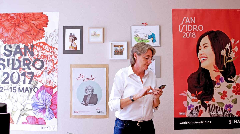 Marta Higueras atiende el teléfono en su despacho