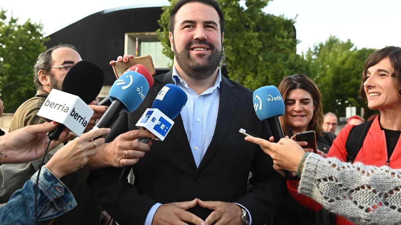 Jon Iñarritu, diputado de EH Bildu, a las puertas de la Audiencia Nacional.