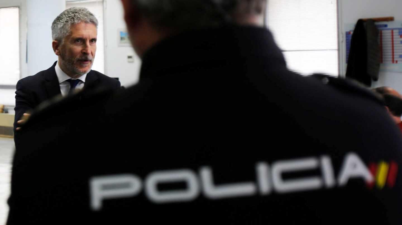 El ministro del Interior en funciones, Fernando Grande-Marlaska, durante una visita a la comisaría provincial de Cádiz.