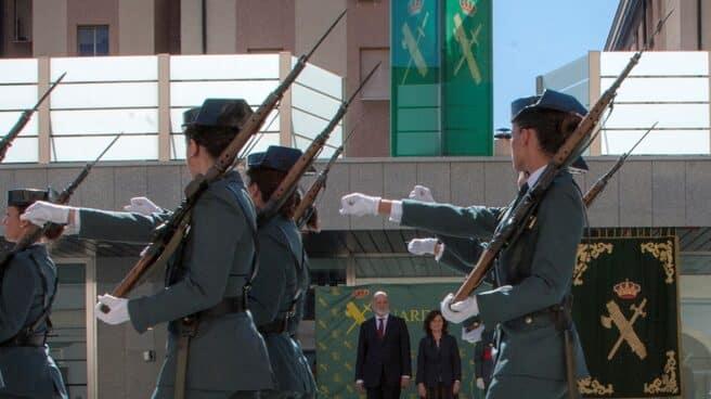 Guardias Civiles, desfilando ante la vicepresidenta en funciones del Gobierno y el director general del Cuerpo.