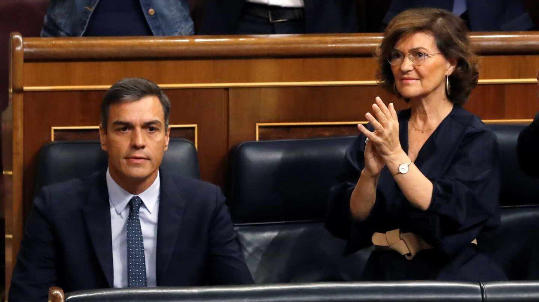 Pedro Sánchez y Carmen Calvo, en sus escaños del Congreso de los Diputados.