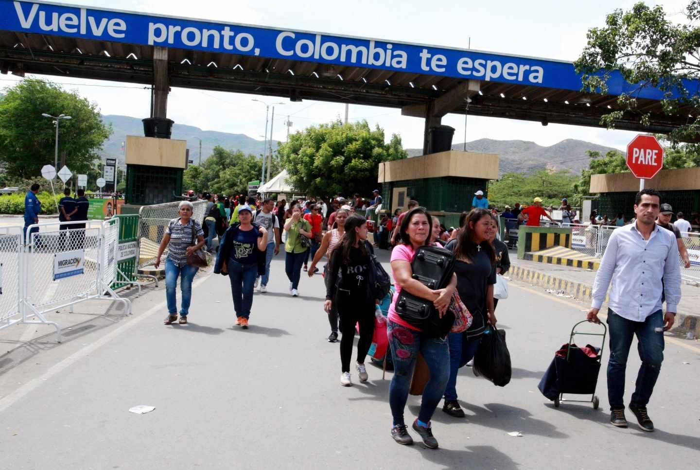 Un grupo de venezolanos entra en Colombia por el puente Simón Bolívar.