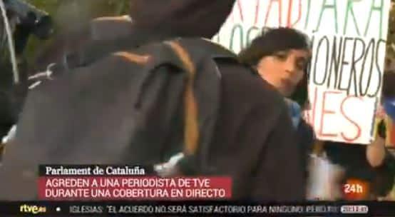 La reportera de TVE, Ángela García Romero, agredida durante una conexión en directo.