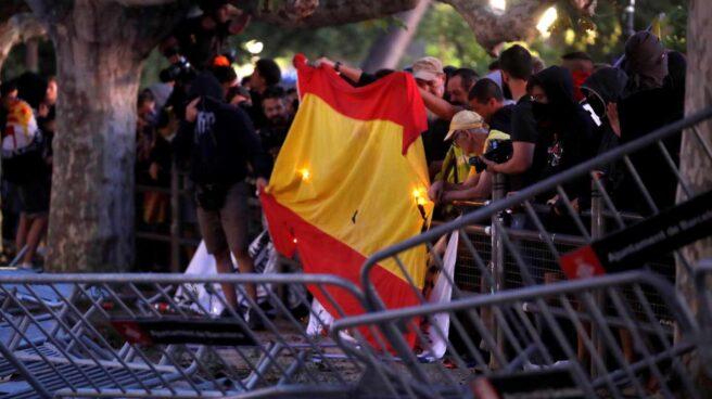 Radicales queman banderas de España frente a las puertas del Parlament.