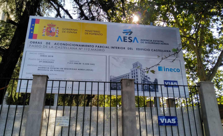 Cartel de obras en la futura sede de la AESA.
