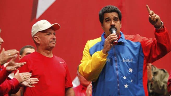 Hugo Carvajal junto a Chavez.