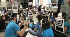 Activistas independentistas ocupan una sucursal de CaixaBank en Barcelona