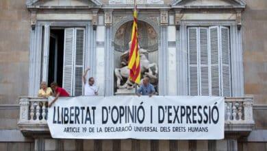 La Generalitat coloca una nueva pancarta poco después de retirar la de los presos