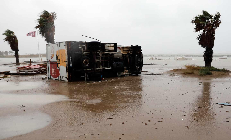 Un camión, volcado en la playa de Las Marinas de Dénia.