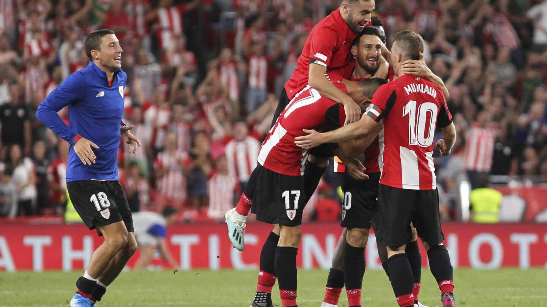 Jugadores del athletic Club celebran un gol de Adúriz..
