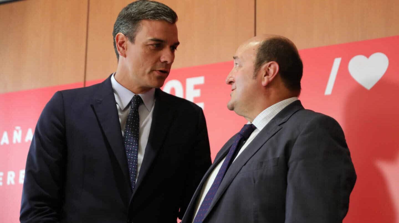 El presidente del Gobierno en funciones, Pedro Sánchez, junto al presidente del PNV, Andoni Ortuzar.