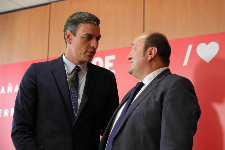 El presidente del Gobierno, Pedro Sánchez, junto al presidente del PNV, Andoni Ortuzar.