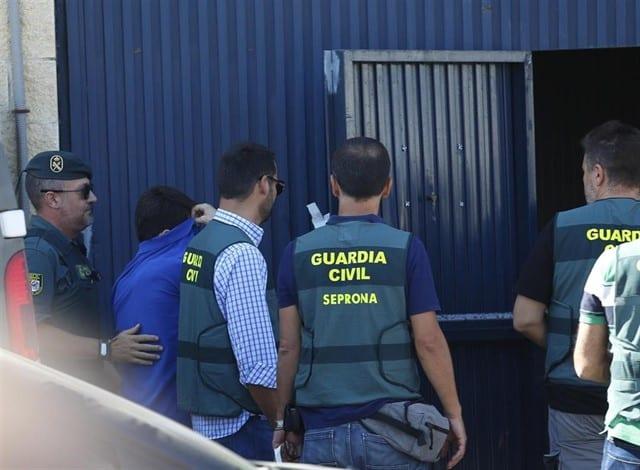 Registro de la Guardia Civil en la nave de Magrudis junto a sus propietarios el pasado verano.