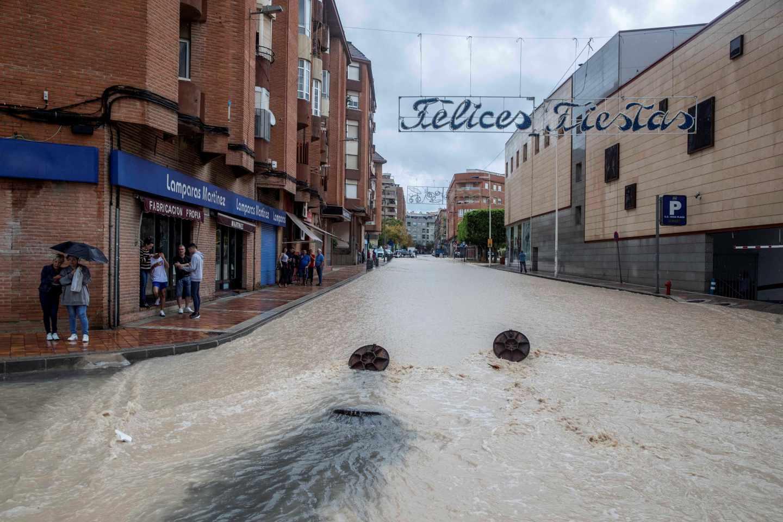 La avenida de Granada de Molina de Segura, (Murcia), inundada por las intensas lluvias caídas esta mañana.