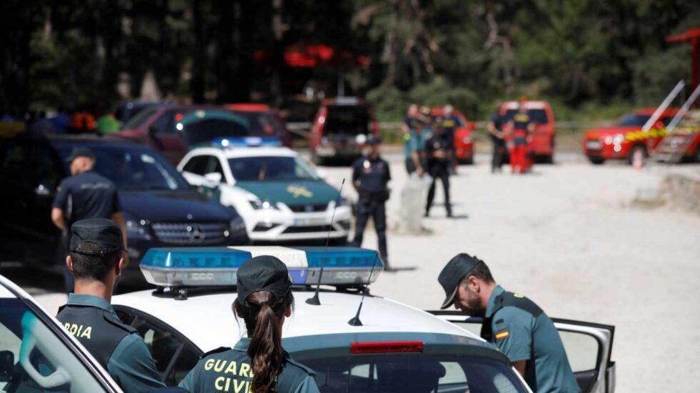 Agentes de la Guardia Civil, en el puesto de mando de Cercedilla.
