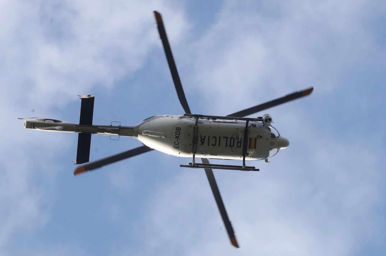 Un helicóptero de la Policía Nacional participa en las labores de búsqueda de la ex esquiadora Blanca Fernández Ochoa.