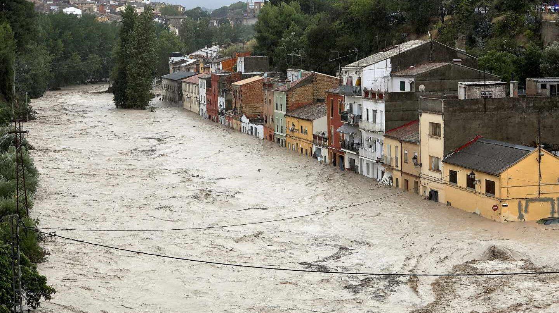 Vista del río Clariano que se ha desbordado este jueves a su paso por Onteniente tras las fuertes lluvias registradas durante la noche.