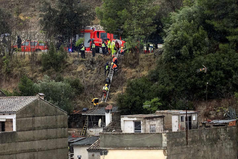El equipo de bomberos ayuda a desalojar a los vecinos de Onteniente.