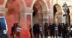 Los manifestantes lanzan bengalas y botes de humo a los Mossos d'Esquadra a las puertas del Parlament.