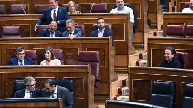 Pablo Iglesias, junto a la bancada socialista este martes en el Congreso de los Diputados.