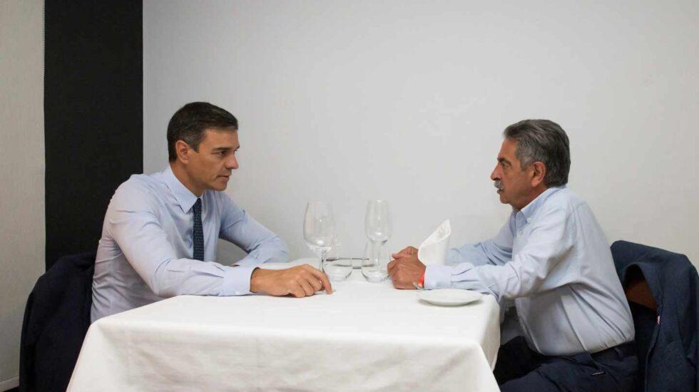Pedro Sánchez y Miguel Ángel Revilla comparten un almuerzo en Santander, este miércoles.