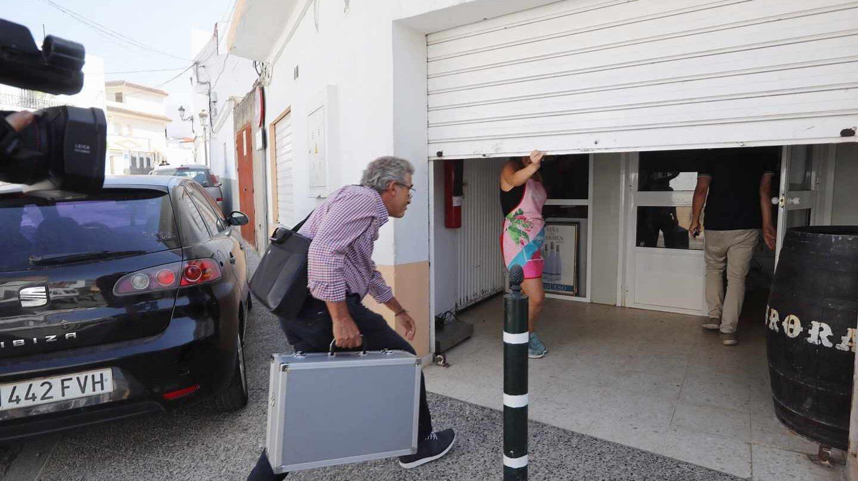 Un inspector de la Junta de Andalucía entra en la empresa Sabores de Paterna.