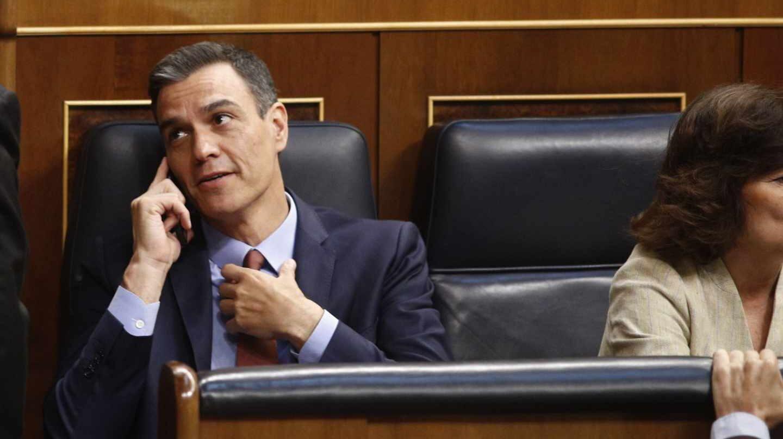 El presidente del Gobierno, Pedro Sánchez, habla por el móvil.