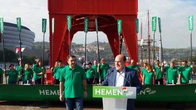 El presidente del PNV, Andoni Ortuzar, junto a Aitor Esteban, durante el acto celebrado en Bilbao.