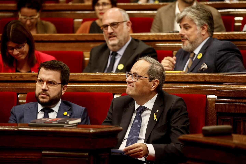 El presidente del la Generalitat de Cataluña, Quim Torra, acompañado por el vicepresidente y conseller de Economía, Pere Aragonés, durante el debate de la moción de censura celebrado este lunes en el Parlament.