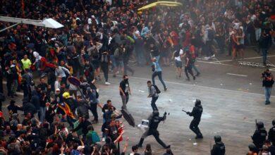 Los manifestantes comienzan a abandonar El Prat tras protagonizar una batalla campal