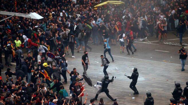 Los Mossos cargan contra activistas independentistas que intentan paralizar el Aeropuerto de El Prat