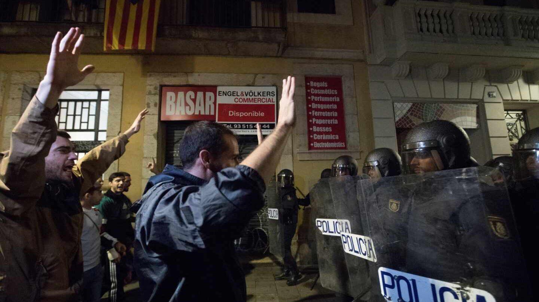 La Policía Nacional frena a los manifestantes, a las puertas de la Jefatura Superior de Policía en Barcelona, este lunes.