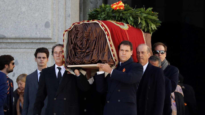 Luis Alfonso de Borbón, portando junto a sus tíos el féretro con los restos de su bisabuelo el pasado 24 de octubre.