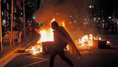 Al menos 30 heridos y tres detenidos en otra noche de fuego y violencia en Barcelona