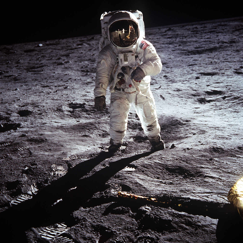 Aldrin camina sobre la superficie lunar