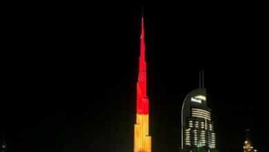 Una bandera de España ilumina el Burj Khalifa por el 12 de octubre