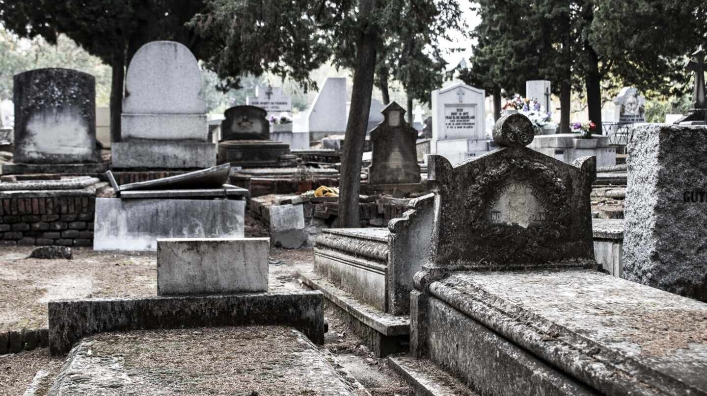 Una tumba entreabierta en el Cementerio Civil de la Almudena