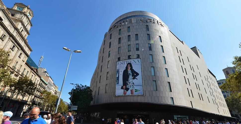 Fachada del establecimiento que El Corte Inglés tiene en la barcelonesa Plaza de Cataluña.