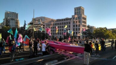 """Activistas ecologistas bloquean el tráfico en Nuevos Ministerios de Madrid por """"la emergencia climática"""""""