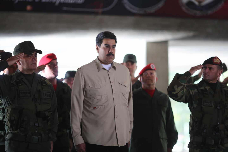 El líder venezolano, Nicolás Maduro, junto a un grupo de militares leales.