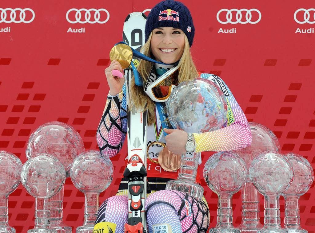 La esquiadora estadounidense posa con algunos de sus principales trofeos