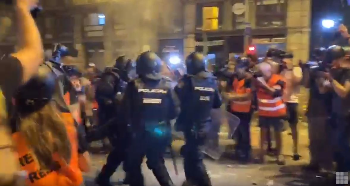 Un segundo policía queda inconsciente tras recibir una pedrada en la noche más violenta del independentismo