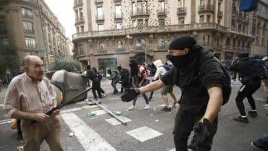 Un anciano se encara a los CDR durante los disturbios de Barcelona