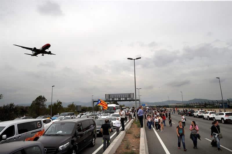 Manifestantes en los accesos del aeropuerto de Barcelona.