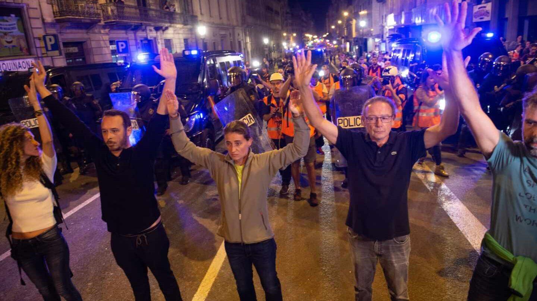Aumenta la tensión en Barcelona con la primera barricada junto a la plaza Urquinaona