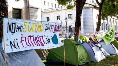 Así es la acampada climática frente al Ministerio de Teresa Ribera
